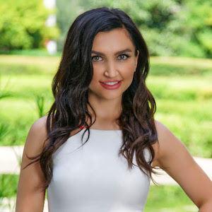 Denisa Ulloa,                       Agent in Dallas-Fort Worth - Compass