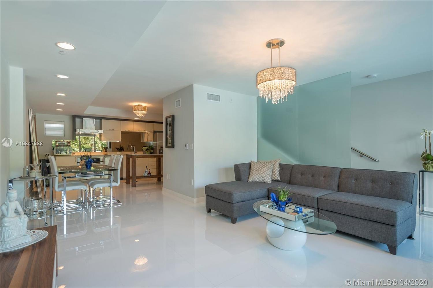 2135 Washington Court, Unit TH6 Miami Beach, FL 33139