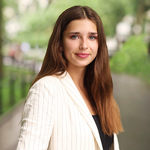 Isabella Bergelt,                       Agent in NYC - Compass