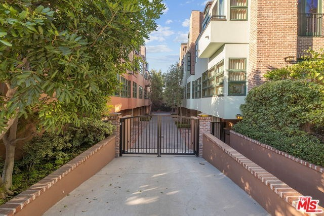 2323 South Beverly Glen Boulevard, Unit 8 Los Angeles, CA 90064