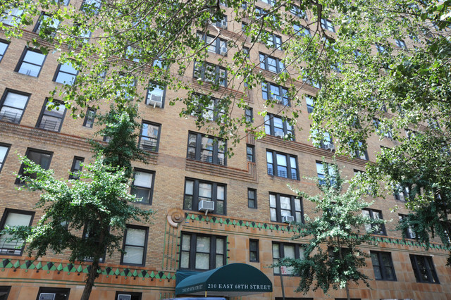 210 East 68th Street, Unit 8J Image #1