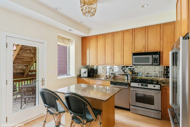 651 West Barry Avenue, Unit 1 Chicago, IL 60657